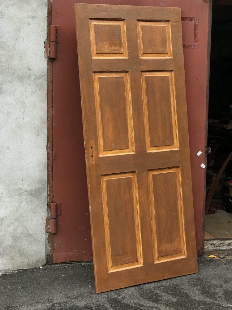 Деревянная дверь до реставрации и декорирования