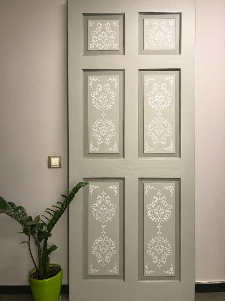 Деревянная дверь после реставрации и декорирования